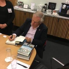 Jeffrey Archer signerer